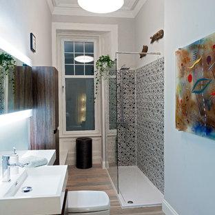 Inspiration för ett litet funkis badrum med dusch, med en toalettstol med separat cisternkåpa, mellanmörkt trägolv, släta luckor, skåp i mörkt trä, en hörndusch, ett integrerad handfat, grå väggar och med dusch som är öppen