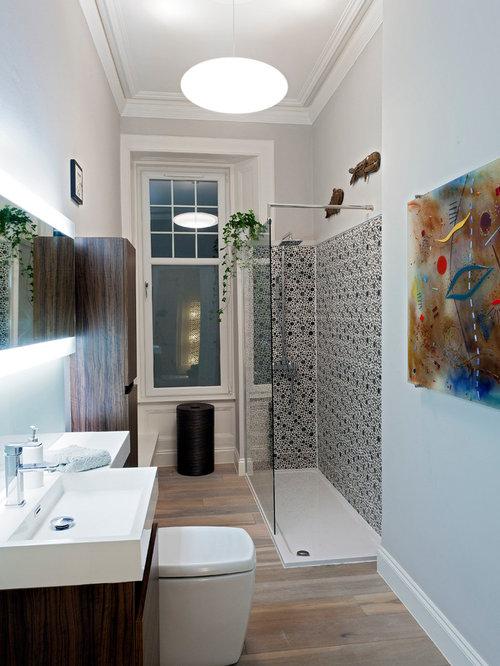 Salle de bain avec un wc s par et un mur gris photos et for Salle de bain avec wc separe