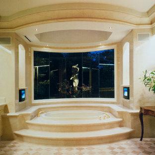 Immagine di una grande stanza da bagno padronale vittoriana con ante con riquadro incassato, ante beige, vasca da incasso, pareti beige, pavimento beige e top beige