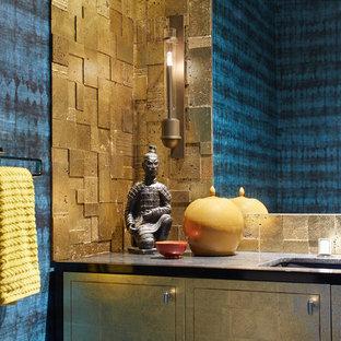 Imagen de cuarto de baño con ducha, de estilo zen, pequeño, con armarios con paneles lisos, puertas de armario grises, baldosas y/o azulejos marrones, paredes marrones, lavabo bajoencimera y encimeras grises