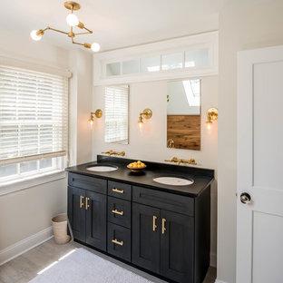 Idéer för vintage badrum med dusch, med skåp i shakerstil, svarta skåp, beige väggar, ljust trägolv, ett undermonterad handfat och beiget golv