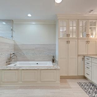 Inspiration för stora klassiska vitt en-suite badrum, med luckor med infälld panel, vita skåp, ett platsbyggt badkar, en hörndusch, en toalettstol med separat cisternkåpa, vita väggar, klinkergolv i porslin, ett undermonterad handfat, granitbänkskiva, beiget golv och dusch med gångjärnsdörr