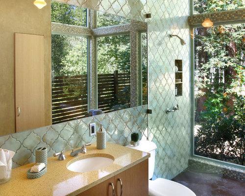 imagen de cuarto de bao principal mediterrneo con suelo de cemento lavabo