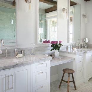 Réalisation d'une douche en alcôve principale tradition avec un placard avec porte à panneau surélevé, des portes de placard blanches, un mur blanc, un lavabo encastré, un sol multicolore, une cabine de douche à porte battante, un plan de toilette gris, meuble double vasque, meuble-lavabo encastré, un plafond en poutres apparentes et un plafond en lambris de bois.