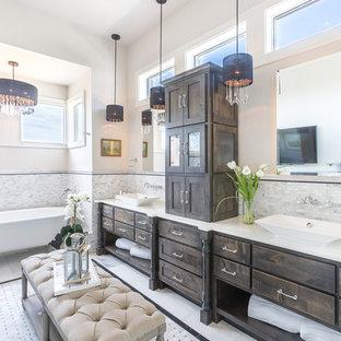 Esempio di una stanza da bagno padronale stile shabby con consolle stile comò, ante in legno bruno, vasca con piedi a zampa di leone, piastrelle multicolore, piastrelle a mosaico, pareti bianche, lavabo a bacinella, pavimento multicolore e top bianco
