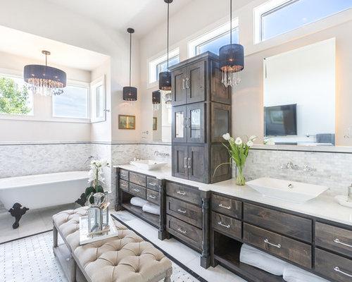 Shabby Look Badezimmer En Suite Mit Verzierten Schränken, Dunklen  Holzschränken, Löwenfuß Badewanne