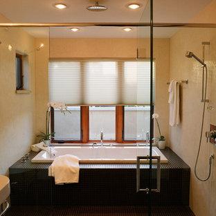 Immagine di una stanza da bagno padronale minimal di medie dimensioni con vasca da incasso, lavabo a colonna, doccia doppia, WC a due pezzi, piastrelle marroni, piastrelle di vetro, pareti beige e pavimento con piastrelle a mosaico