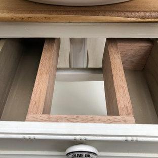 Modelo de cuarto de baño principal, rústico, grande, con armarios tipo mueble, puertas de armario blancas, lavabo tipo consola, encimera de madera y encimeras marrones