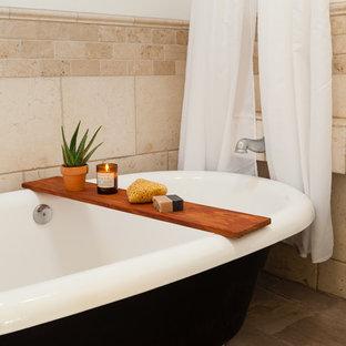 Esempio di una stanza da bagno padronale eclettica di medie dimensioni con vasca freestanding, piastrelle in travertino, pareti bianche, doccia con tenda, vasca/doccia, piastrelle beige, pavimento in gres porcellanato e pavimento grigio