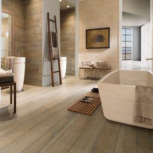Esempio di una stanza da bagno padronale industriale di medie dimensioni con vasca freestanding, piastrelle multicolore, piastrelle in ceramica, pareti beige e pavimento in vinile