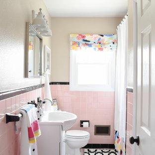 Esempio di una stanza da bagno per bambini moderna di medie dimensioni con vasca da incasso, piastrelle beige, piastrelle in ceramica, pareti rosa, pavimento con piastrelle in ceramica e pavimento rosa