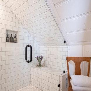 Bild på ett litet vintage vit vitt badrum, med skåp i shakerstil, vita skåp, en dusch i en alkov, en toalettstol med hel cisternkåpa, vit kakel, tunnelbanekakel, vita väggar, klinkergolv i keramik, ett nedsänkt handfat, bänkskiva i kvartsit, vitt golv och dusch med gångjärnsdörr