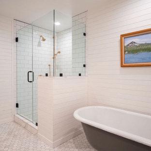 Идея дизайна: маленькая главная ванная комната в классическом стиле с фасадами в стиле шейкер, серыми фасадами, унитазом-моноблоком, белой плиткой, плиткой кабанчик, белыми стенами, мраморным полом, накладной раковиной, столешницей из кварцита, белым полом, душем с распашными дверями, белой столешницей, сиденьем для душа, тумбой под две раковины, встроенной тумбой, деревянным потолком и панелями на части стены