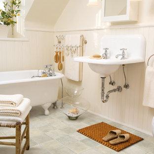 Ejemplo de cuarto de baño principal, de estilo de casa de campo, de tamaño medio, con bañera con patas, paredes beige, suelo vinílico y lavabo suspendido