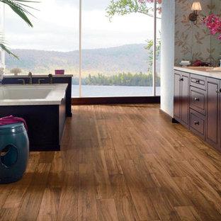 Idéer för orientaliska en-suite badrum, med laminatgolv