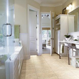 Ejemplo de cuarto de baño rústico, de tamaño medio, con armarios estilo shaker, puertas de armario blancas, bañera encastrada sin remate, ducha empotrada, paredes blancas, suelo vinílico y lavabo con pedestal