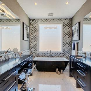 Immagine di una grande stanza da bagno padronale contemporanea con ante in stile shaker, ante nere, vasca freestanding, doccia aperta, WC a due pezzi, piastrelle multicolore, piastrelle di vetro, pavimento in marmo, lavabo sottopiano, top in quarzo composito, pavimento bianco, doccia aperta e pareti grigie