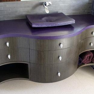 Пример оригинального дизайна: ванная комната среднего размера в современном стиле с плоскими фасадами, темными деревянными фасадами, столешницей из бетона, разноцветной плиткой, стеклянной плиткой, настольной раковиной, полом из керамогранита, угловым душем, серыми стенами, душевой кабиной, белым полом, душем с распашными дверями и фиолетовой столешницей