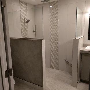 Inspiration för mellanstora moderna en-suite badrum, med skåp i shakerstil, grå skåp, en öppen dusch, en toalettstol med separat cisternkåpa, grå kakel, porslinskakel, grå väggar, klinkergolv i porslin, ett nedsänkt handfat och kaklad bänkskiva