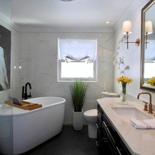 Kleines Modernes Badezimmer En Suite mit profilierten Schrankfronten, schwarzen Schränken, freistehender Badewanne, bodengleicher Dusche, Toilette mit Aufsatzspülkasten, weißen Fliesen, Porzellanfliesen, weißer Wandfarbe, Porzellan-Bodenfliesen, Unterbauwaschbecken, Quarzit-Waschtisch, schwarzem Boden und offener Dusche in New York