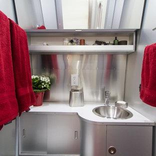 Foto de cuarto de baño industrial, pequeño, con encimera de laminado