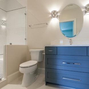 Ejemplo de cuarto de baño con ducha, contemporáneo, de tamaño medio, con armarios estilo shaker, puertas de armario azules, bañera exenta, ducha abierta, sanitario de una pieza, paredes blancas, suelo de linóleo, lavabo bajoencimera, encimera de granito, suelo blanco, ducha con puerta corredera y encimeras blancas