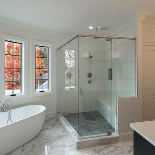 Esempio di una stanza da bagno padronale mediterranea di medie dimensioni con ante con riquadro incassato, ante nere, vasca freestanding, doccia ad angolo, WC monopezzo, pistrelle in bianco e nero, piastrelle in ceramica, pareti bianche, pavimento in marmo, lavabo sottopiano e top in onice