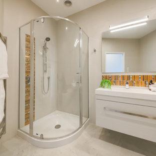 Foto de cuarto de baño costero, de tamaño medio, con armarios con paneles lisos, puertas de armario blancas, ducha esquinera, baldosas y/o azulejos naranja, baldosas y/o azulejos en mosaico, suelo de mármol, lavabo integrado, suelo blanco, ducha con puerta con bisagras y paredes blancas