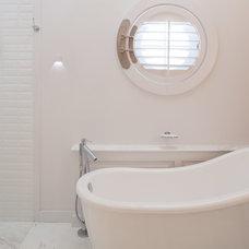 Beach Style Bathroom by Wynand Wilsenach Architects