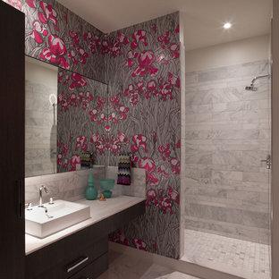 Inspiration pour une salle de bain design avec une vasque, une douche ouverte, un mur multicolore et aucune cabine.
