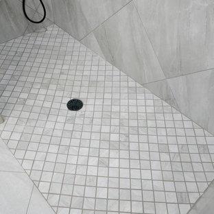 Ispirazione per una stanza da bagno padronale tropicale di medie dimensioni con ante in stile shaker, ante grigie, doccia a filo pavimento, bidè, piastrelle grigie, piastrelle in gres porcellanato, pareti grigie, pavimento in gres porcellanato, lavabo sottopiano, top in quarzo composito, pavimento grigio, doccia aperta e top bianco