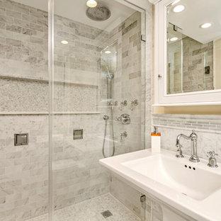 Modelo de cuarto de baño principal, clásico, pequeño, con armarios abiertos, puertas de armario blancas, sanitario de una pieza, baldosas y/o azulejos blancos, baldosas y/o azulejos de piedra, paredes beige, suelo de mármol, ducha empotrada, lavabo con pedestal y encimera de acrílico
