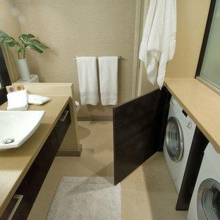 На фото: ванная комната в современном стиле с столешницей из искусственного камня и настольной раковиной