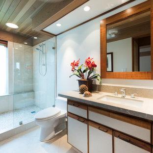 Esempio di una stanza da bagno tropicale con ante lisce, ante bianche, doccia alcova, pareti bianche, lavabo sottopiano, pavimento beige, doccia aperta e top beige