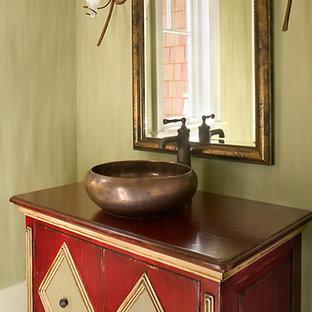 Immagine di una grande stanza da bagno con doccia tradizionale con ante rosse, pareti verdi e lavabo a bacinella
