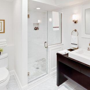 Неиссякаемый источник вдохновения для домашнего уюта: большая главная ванная комната в классическом стиле с настольной раковиной, открытыми фасадами, темными деревянными фасадами, душем в нише, белой плиткой, плиткой кабанчик, белыми стенами, унитазом-моноблоком, мраморным полом и столешницей из дерева