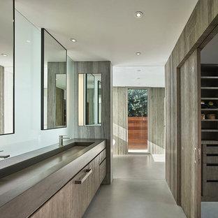 Diseño de cuarto de baño principal, vintage, de tamaño medio, con puertas de armario de madera clara, paredes marrones, suelo de cemento, encimera de cemento, encimeras grises, armarios con paneles lisos, lavabo de seno grande y suelo gris