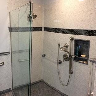 Inspiration pour une salle de bain principale rustique avec un placard à porte plane, des portes de placard blanches, une douche ouverte, un WC séparé, un carrelage noir et blanc, un mur gris, un sol en carrelage de céramique, un lavabo intégré, un plan de toilette en onyx, un sol gris et une cabine de douche à porte battante.