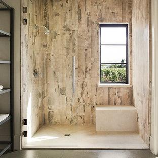 Пример оригинального дизайна: большая главная ванная комната в стиле кантри с открытыми фасадами, темными деревянными фасадами, душем в нише, раздельным унитазом, коричневой плиткой, керамогранитной плиткой, столешницей из бетона, бежевыми стенами, бетонным полом, врезной раковиной, серым полом и открытым душем
