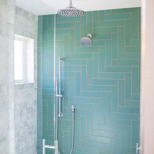 Foto di una grande stanza da bagno padronale chic con ante grigie, vasca freestanding, piastrelle verdi, piastrelle in ceramica, pareti beige, pavimento con piastrelle in ceramica, pavimento verde, porta doccia a battente e top bianco