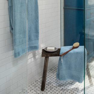 Inspiration för mellanstora amerikanska badrum, med vita skåp, en kantlös dusch, en toalettstol med separat cisternkåpa, vit kakel, keramikplattor, grå väggar, marmorgolv, ett piedestal handfat, grått golv och med dusch som är öppen