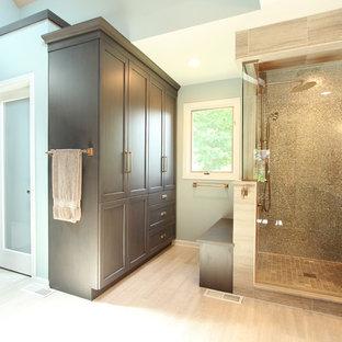 Идея дизайна: большая главная ванная комната в стиле неоклассика (современная классика) с фасадами с утопленной филенкой, серыми фасадами, душем в нише, раздельным унитазом, разноцветной плиткой, плиткой из листового стекла, серыми стенами, полом из известняка, врезной раковиной, столешницей из искусственного кварца, серым полом, душем с распашными дверями и бежевой столешницей