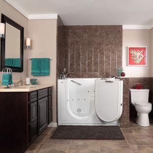 Ispirazione per una stanza da bagno padronale chic di medie dimensioni con lavabo a colonna, nessun'anta, ante in legno bruno, top in superficie solida, vasca ad alcova, doccia aperta, WC monopezzo, piastrelle bianche, pareti bianche e pavimento in linoleum