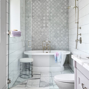 Идея дизайна: ванная комната в стиле современная классика с фасадами с утопленной филенкой, фиолетовыми фасадами, отдельно стоящей ванной, душевой комнатой, серой плиткой, белой плиткой, плиткой мозаикой, серыми стенами, врезной раковиной, белым полом, душем с распашными дверями и белой столешницей