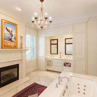 Klassisches Badezimmer En Suite mit Unterbauwanne, Unterbauwaschbecken, verzierten Schränken, beigen Schränken, beigefarbenen Fliesen, beiger Wandfarbe, beigem Boden und beiger Waschtischplatte in Cincinnati