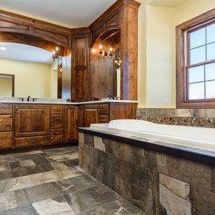 Imagen de cuarto de baño principal, clásico, grande, con bañera encastrada, ducha esquinera, sanitario de una pieza, paredes amarillas, encimera de granito, ducha abierta y encimeras beige