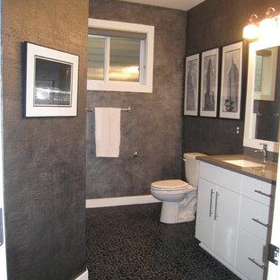 Idee per una stanza da bagno padronale moderna con lavabo sottopiano, ante lisce, ante bianche, top in quarzo composito, vasca ad alcova, doccia alcova, WC a due pezzi, piastrelle nere, piastrelle di ciottoli, pareti nere e pavimento con piastrelle di ciottoli