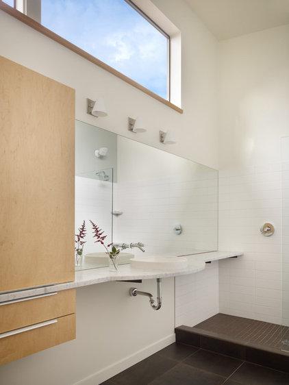 Modern Bathroom by Mohler + Ghillino Architects