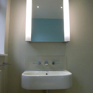 Idee per una stanza da bagno con doccia contemporanea di medie dimensioni con lavabo sospeso, ante di vetro, ante bianche, piastrelle beige, lastra di vetro e pareti beige