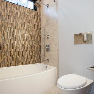 Ispirazione per una stanza da bagno contemporanea di medie dimensioni con ante lisce, ante in legno bruno, vasca/doccia, WC sospeso, piastrelle beige, piastrelle di vetro, pareti grigie, pavimento in gres porcellanato, lavabo sottopiano e top in quarzo composito